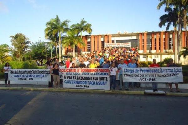 O ato teve início na rua Presidente Bandeira, no Alecrim, e foi até a Governadoria do Estado