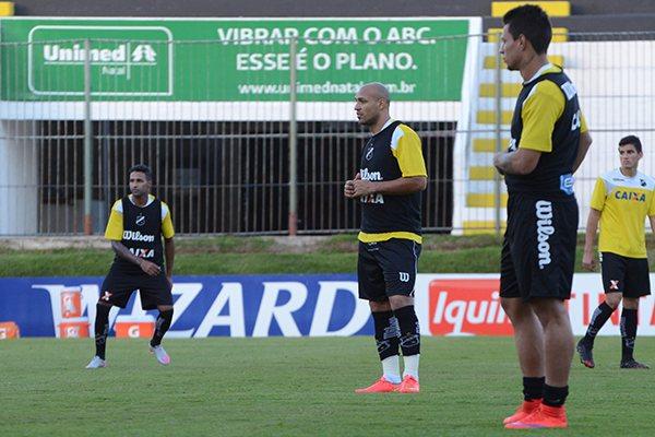 Apesar dos cuidados exigidos com a marcação ao adversário, Toninho Cecílio escalou Rafinha, Edno e Fabinho para atacar o Bahia