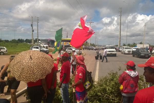 Manifestantes do MST fecharam a rodovia que dá acesso ao Aeroporto de São Gonçalo do Amarante