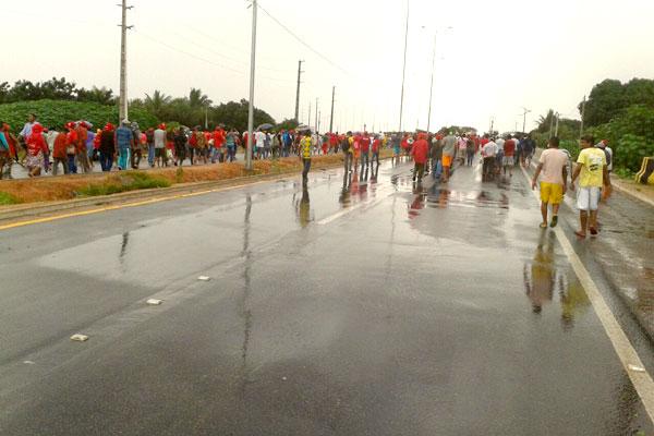 Manifestantes caminham em direção ao Aeroporto Aluízio Alves