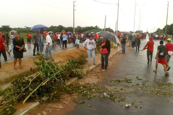 Galhos que estavam bloqueando a avenida foram retirados da pista