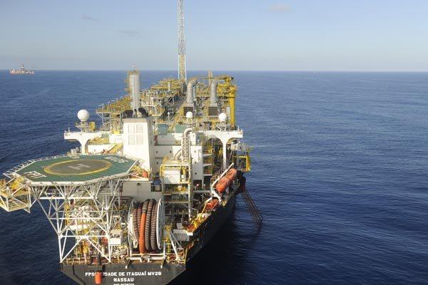Exploração de petróleo na área do pré-sal: O petróleo em queda reduziu a receita da estatal