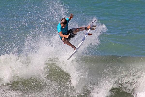 Circuito Dore Surf Kids reúne atletas na praia de Ponta Negra, em Natal