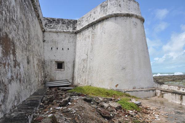 Pedras e areia, resultante de escavações arqueológicas, estão entulhadas na entrada e no pátio interno
