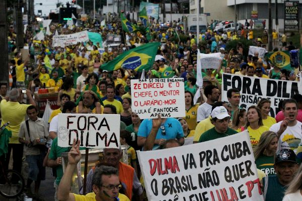 Por volta das 18h os manifestantes começaram a dispersão do protesto