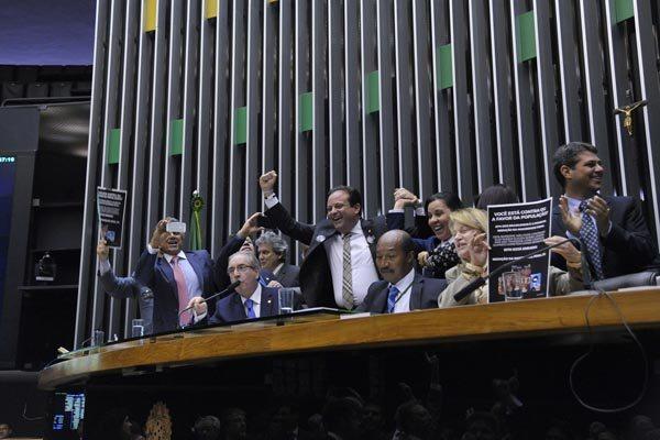 Deputados comemoram aprovação da emenda que reduz maioridade penal para 16 anos