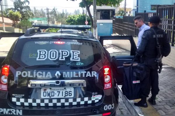 Procuradores e policiais saíram dos prédios transportando malotes com material apreendido na casa da procuradora da AL