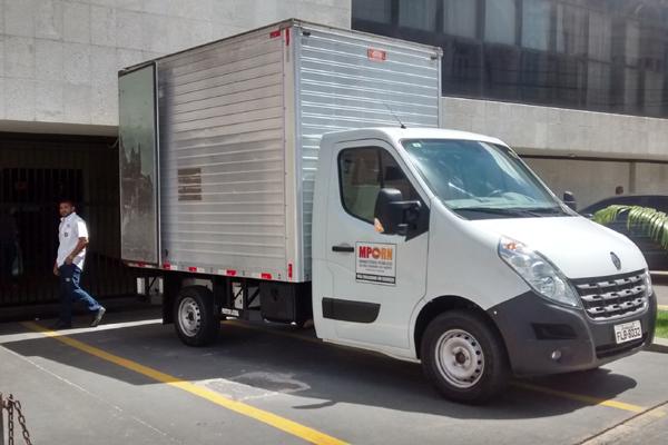 Caminhão-baú do Ministério Público foi enviado para carregar documentos apreendidos na Assembleia Legislativa