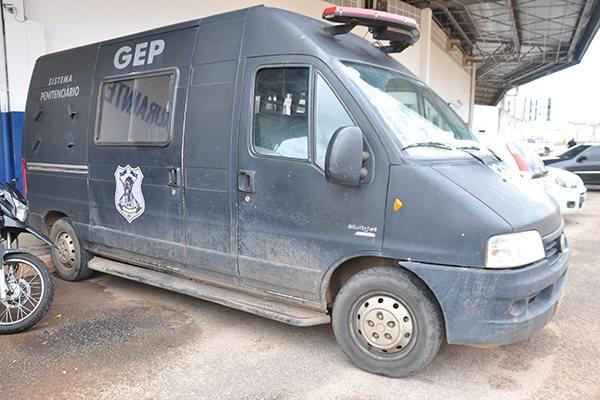 Viaturas do Grupo de Escolta Penal destinadas ao transporte de presos estão com pneus carecas