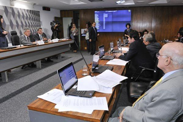 Parlamentares debatem e votam os projetos de reforma política na Comissão Especial do Senado