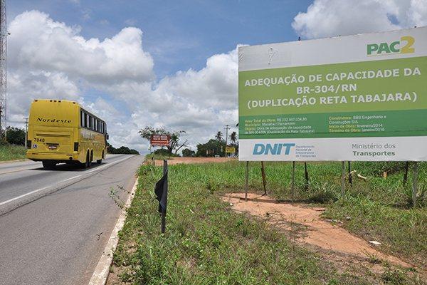 A duplicação da BR 304, no trecho da Reta Tabajara, está contemplada no PAC 2. De responsabilidade do DNIT, obra está parada