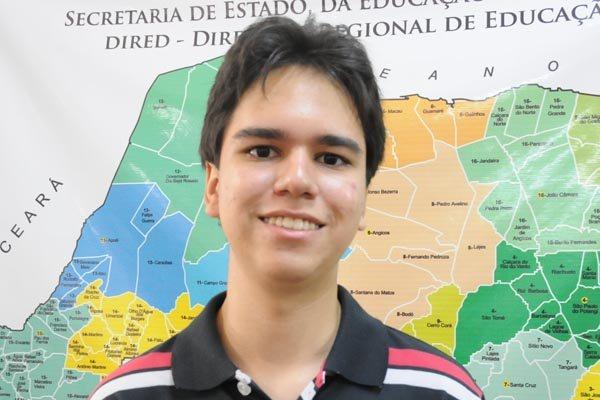 Álex Santos foi um dos estudantes selecionados pelo programa de bolsa da Fundação Estudar