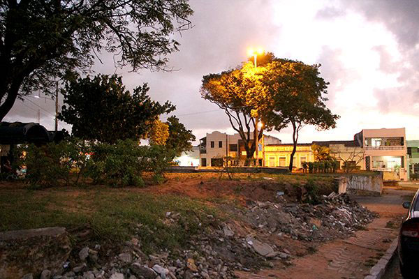 A Praça João Tibúrcio está destruída. Muretas que sustentam os desníveis do terreno estão sem manutenção e estrutura está comprometida