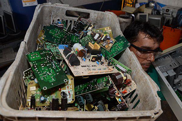 Em Natal, apenas duas empresas são licenciadas para fazer coleta e destinação do lixo eletrônico