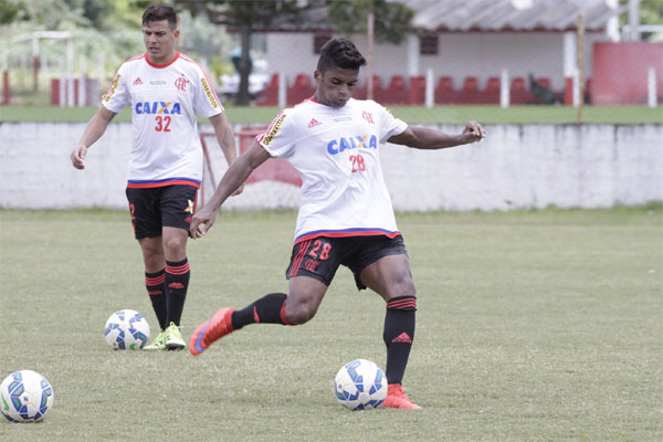 O meia Almir, ex-América, é uma das opções do técnico Oswaldo de Oliveira
