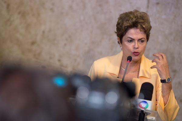 """""""No Orçamento cortamos tudo que poderia ser cortado"""", afirmou a presidente Dilma"""