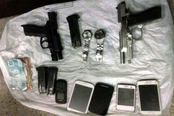 Armas, dinheiro e celulares foram apreendidos com os criminosos