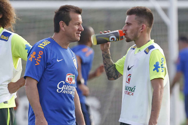 Dunga conversa com Lucas Lima, que faz sua estreia na Seleção