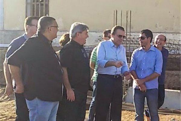 Ministro do Turismo, Henrique Alves, durante visita à primeira etapa da obra do teleférico