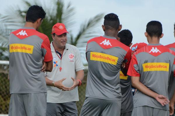 Roberto Fernandes orienta o grupo que deve ter uma formação diferente na partida contra o Cuiabá, ele pede espírito de decisão