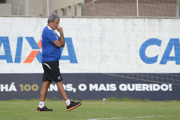 Hélio dos Anjos optou por levar Romarinho na delegação e abriu mão do atacante Rafael Oliveira, que rendeu pouco contra o CRB