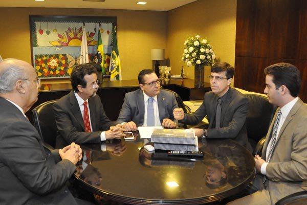 Gustavo Nogueira entrega a proposta de orçamento ao presidente da Assembleia, Ezequiel Ferreira