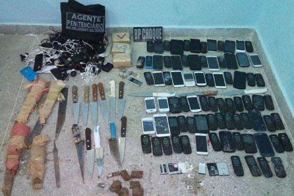 Celulares, drogas e armas foram apreendidas durante a revista