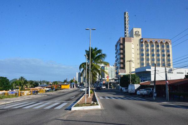A avenida Roberto Freire passaria a ser mão única a partir do entrocamento da avenida Praia de Tibau (feirinha) até a chamada Rota do Sol (rodovia estadual RN-063)