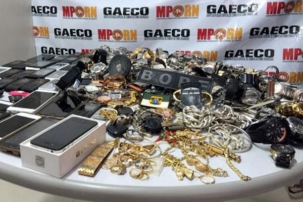 Na operação deflagrada na favela do Mosquito, foram apreendidas armas, jóias, drogas e celulares