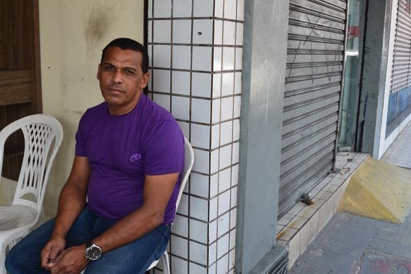 O vendedor Mário Sérgio Alves lamenta a declínio do comércio na avenida Amaro Barreto