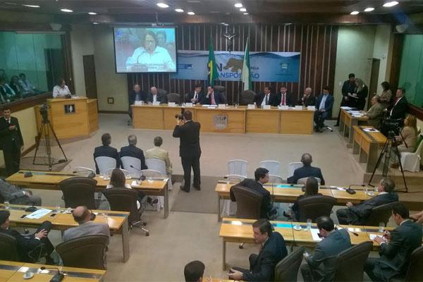O plenário da Assembleia Legislativa está ocupado por prefeitos, vereadores e lideranças políticas de todo o Rio Grande do Norte