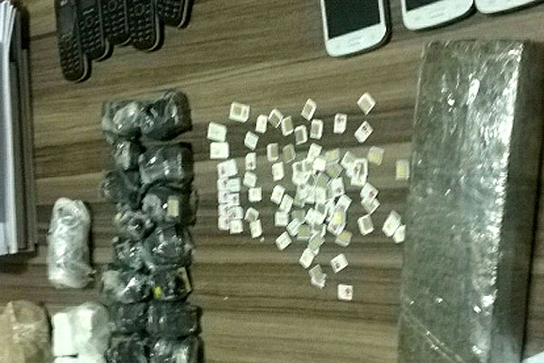 Agente penitenciário é preso ao tentar em com drogas e celulares em Alcaçuz
