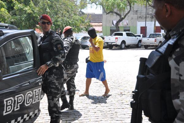 Dos 12 mandados de prisão, 11 foram cumpridos; alguns dos policiais deixaram Itep encapuzados