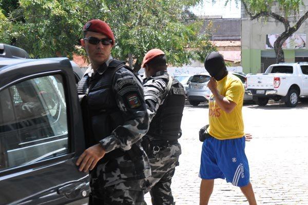 Na ação de ontem, os policiais militares suspeitos de extorsão saíram do Itep, encapuzados, após realizar exame de corpo delito