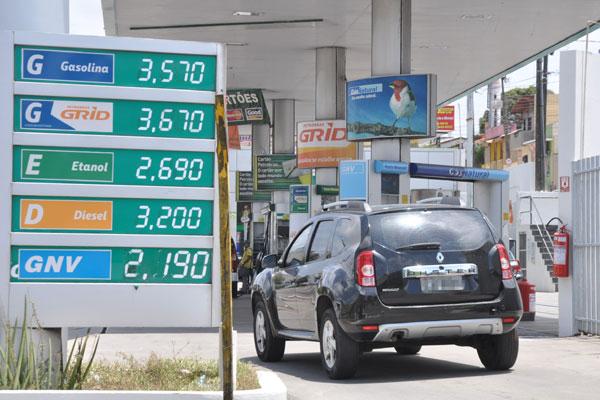 """O litro da gasolina comum variava ontem entre R$ 3,549 e R$ 3,579, em alguns postos. A """"aditivada"""" ia de R$ 3,669 a R$ 3,679, o litro"""