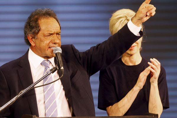 Daniel Scioli, candidato que tem o apoio da presidente Cristina Kirchner, lidera pesquisas e pode ganhar eleição no primeiro turno