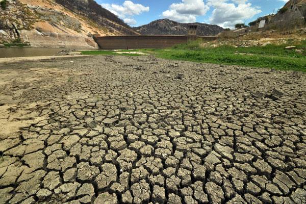 Hoje, dos 47 reservatórios com capacidade acima dos cinco milhões de metros cúbicos, 20 estão em volume morto, com menos de 10%. Já o açude Gargalheiras (foto) está completamente seco