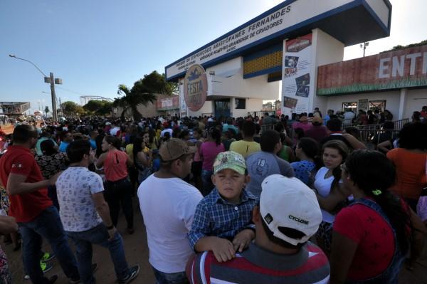 Centenas de pessoas passaram a tarde esperando a abertura dos portões da Festa do Boi; suspensão do evento gerou prootestos