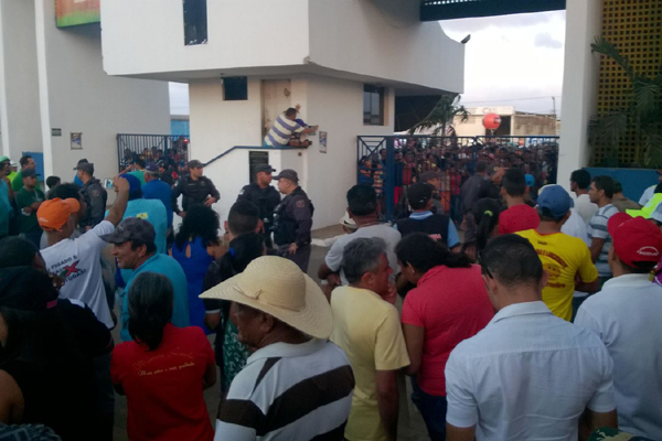 Comerciantes e público protestam na entrada do Parque Aristóofanes Fernandes; Anorc anunciam que programação desta segunda-feira está suspensa