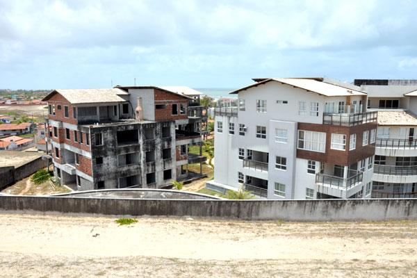 Golden Dunes Beach Condominium: O anúncio prometia as obras concluídas no fim de 2015, mas terceiro bloco não está acabado e não há morador fixo