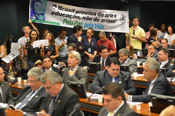 Grupos contrários à volta do porte de armas protestam contra relatório preparado por deputados da bancada da Bala na Câmara