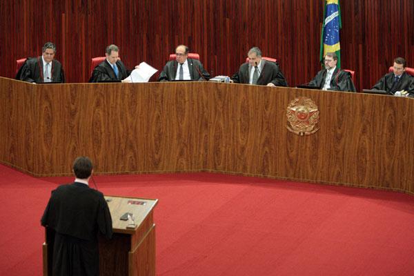 Ministros do TSE vão decidir se acatam o pedido feito pelo PT para investigar as contas do PSDB