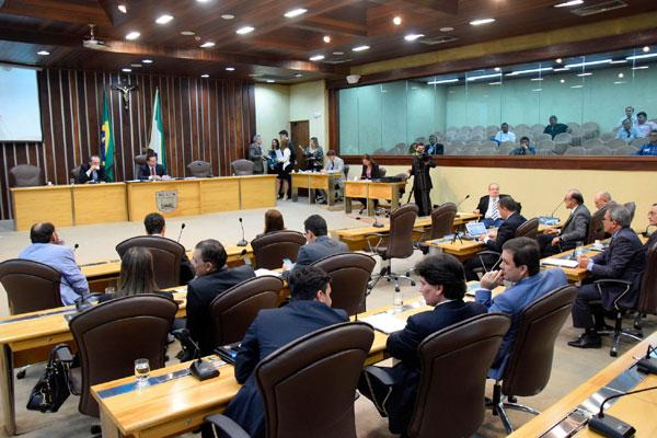 Deputados votam, no plenário da Assembleia Legislativa, os projetos do pacote tributário