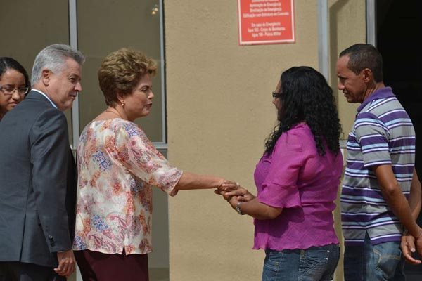 Ao participar de solenidade no Distrito Federal, Dilma é cumprimentada por casal beneficiado com apartamento do Minha Casa