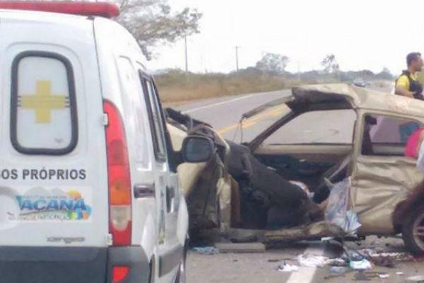 Carros ficaram destruídos após colisão