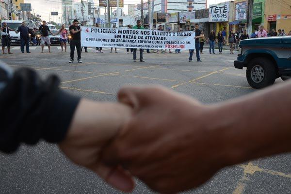 Protesto que contou com policiais e familiares das vítimas, fechou cruzamento das avenidas Bernardo Vieira e Salgado Filho