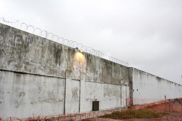Presos fugiram por u buraco feito no muro do Complexo Penal João Chaves, na zona Norte de Natal