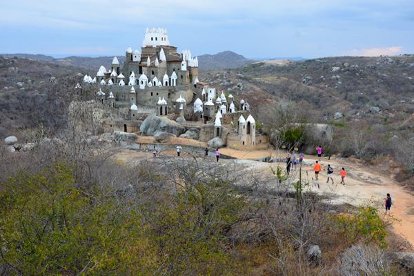 Idealizada por um militar aposentado, obra fica a 400 metros de altitude e oferece uma vista especial das formações rochosas da região