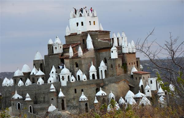 Zé dos Montes recebeu orientação divina para construir o castelo