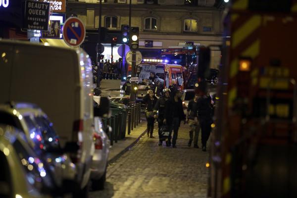 Movimentação na rua Bichat, no 10º arrondissement em Paris, na França, após uma série de ataques na cidade, nesta sexta-feira. Ao menos três episódios de violência foram registrados em Paris na noite desta sexta-feira, 13, informou a polícia francesa